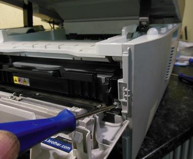 снятие боковой крышки Brother DCP-7030