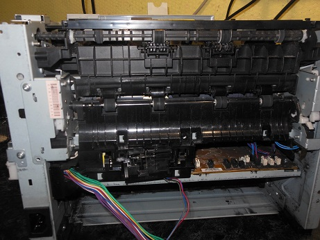 разборка hp LJ p2055 сзади отсоединяем кабели