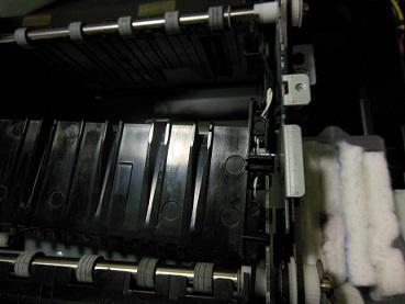 ремонт 3 датчика бумаги снимаем крышку с коромыслом