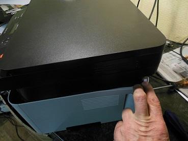 Ремонт и разборка Samsung Xpress M2070w снятие боковой крышки